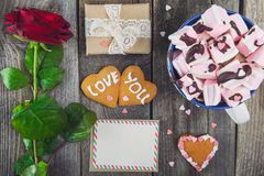Η εορταστική σύνθεση με τα σπιτικά μπισκότα στη μορφή της καρδιάς με την αγάπη εσείς που γράφετε, ευχετήρια κάρτα, αυξήθηκε, κιβώ Στοκ Εικόνες