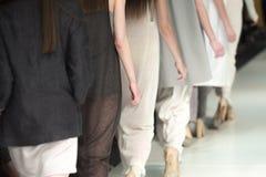 Η επίδειξη μόδας, διάδρομος στενών διαδρόμων παρουσιάζει γεγονός Στοκ Φωτογραφίες