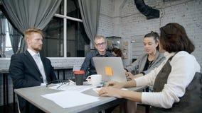Η επίσημη ένδυση ομάδων CEO και μάρκετινγκ που ντύνεται συζητά για τα advices στο επιτυχές ξεκίνημα απόθεμα βίντεο