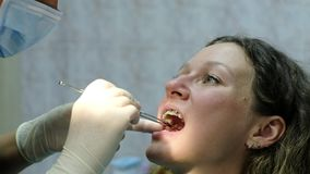 Η επίσκεψη στον οδοντίατρο Orthodontist αφαιρεί το επισημαίνω-χαρτί από το υπομονετικό στόμα ` s απόθεμα βίντεο