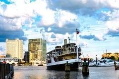 Η επίσκεψη της βάρκας κάνει τον τρόπο της να ελλιμενίσει Στοκ Εικόνες