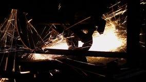Η επαφή τροχών άλεσης με το σίδηρο προκαλεί τους σπινθήρες απόθεμα βίντεο