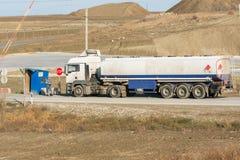 Η επαλήθευση των εγγράφων από το φορτηγό δεξαμενών οδηγών στο σημείο ελέγχου ασφάλειας προστάτευσε την περιοχή Στοκ φωτογραφίες με δικαίωμα ελεύθερης χρήσης