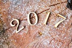 Η επιγραφή 2017 στο ξύλινο κολόβωμα υποβάθρου Στοκ Εικόνα