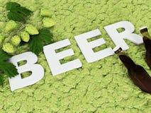 Η επιγραφή στο υπόβαθρο των λυκίσκων μπύρας Στοκ Φωτογραφίες