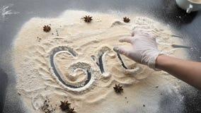 Η επιγραφή τροφίμων της σχάρας στο αλεύρι σε ένα ξύλινο μελαχροινό υπόβαθρο, που διακοσμείται με τους αστερίσκους αστερίσκων, τον απόθεμα βίντεο