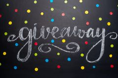 Η επιγραφή Giveaway γράφεται στον πίνακα, τη δωρεάν διανομή, τα bloggers και τα δώρα, instagram, κοινωνικό δίκτυο στοκ εικόνες με δικαίωμα ελεύθερης χρήσης