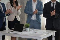 Η επιδοκιμασία επιχειρησιακών ανδρών και γυναικών στον ηγέτη μετά από πετυχαίνει τη διαπραγμάτευση Στοκ Φωτογραφίες