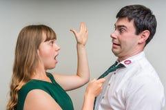 Η επιθετική γυναίκα επιτίθεται στον άπιστο σύζυγό της Στοκ φωτογραφία με δικαίωμα ελεύθερης χρήσης