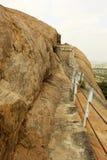 Η επικίνδυνη πορεία λόφων με το φράκτη του sittanavasal ναού σπηλιών σύνθετου στοκ εικόνες