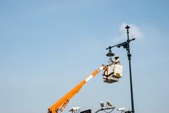 Μια επικίνδυνη εργασία, υψηλός καθαριστής lambpost Στοκ Φωτογραφίες