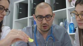 Η επικεφαλής κλινική γραφείων γιατρών πραγματοποιεί μια συνεδρίαση με τους γιατρούς γυναικών, κινηματογράφηση σε πρώτο πλάνο φιλμ μικρού μήκους