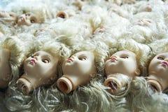 Η επικεφαλής κούκλα με τα μπλε μάτια βρίσκεται Στοκ Εικόνες