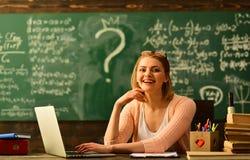 Η επικοινωνία τεχνολογίας εργαστηρίων για την επιχείρηση εκπαίδευσης, δάσκαλοι κατέχει τις καλές δεξιότητες ακούσματος, πορτρέτο  στοκ εικόνα