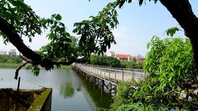 Η επιπλέουσα γέφυρα συνδέει το διπλό ποταμό Hometown στοκ φωτογραφία με δικαίωμα ελεύθερης χρήσης