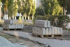 Η επισκευή του δρόμου Εικόνες της επισκευής του για τους πεζούς πεζοδρομίου Καθορισμός των συνόρων Στοκ Φωτογραφίες