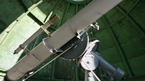 Η επιστήμη Ένας αρσενικός παρατηρητής επιστημόνων στο στεφανιαίο τηλεσκόπιο της παλαιάς τροποποίησης απασχολείται και εξυπηρετεί  απόθεμα βίντεο