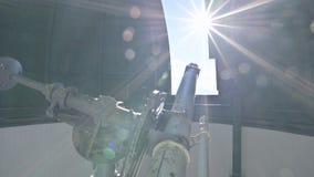 Η επιστήμη Ένας αρσενικός παρατηρητής επιστημόνων στο στεφανιαίο τηλεσκόπιο της παλαιάς τροποποίησης απασχολείται και εξυπηρετεί  φιλμ μικρού μήκους