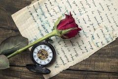 Η επιστολή αγάπης και αυξήθηκε στοκ εικόνα με δικαίωμα ελεύθερης χρήσης
