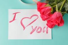 Η επιστολή με τη σημείωση αγάπης, κόκκινη αυξήθηκε με τις καρδιές Στοκ Φωτογραφία