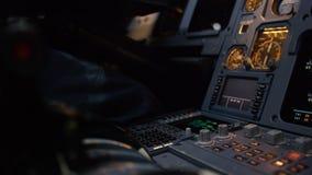Η επιτροπή ανάβει μια γέφυρα πτήσης αεροσκαφών Στοιχείο ελέγχου αυτόματων πιλότων ενός επιβατηγού αεροσκάφους Πειραματικοί έλεγχο Στοκ φωτογραφία με δικαίωμα ελεύθερης χρήσης