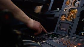 Η επιτροπή ανάβει μια γέφυρα πτήσης αεροσκαφών Στοιχείο ελέγχου αυτόματων πιλότων ενός επιβατηγού αεροσκάφους Πειραματικοί έλεγχο Στοκ εικόνα με δικαίωμα ελεύθερης χρήσης