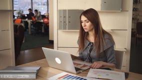Η επιτυχής επιχειρηματίας έχει την τηλεοπτική κλήση με το συνεργάτη φιλμ μικρού μήκους