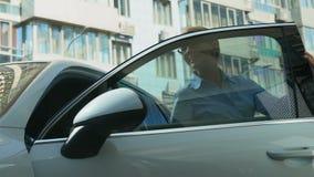 Η επιτυχής επιχειρησιακή γυναίκα παίρνει από το αυτοκίνητο πολυτέλειας, τη σταδιοδρομία και τον πλούτο, αγορά απόθεμα βίντεο