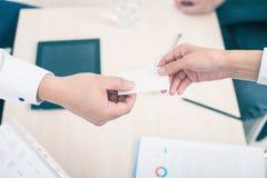 Η επιτυχής διαπραγμάτευση, επιχειρηματίας σας δίνει την επιχείρηση, κάρτα επίσκεψης Στοκ Εικόνες