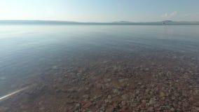 Η επιφάνεια νερού της λίμνης μια θερινή ημέρα, οι βάρκες νερού επιπλέει φιλμ μικρού μήκους