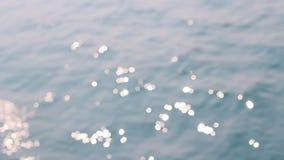 Η επιφάνεια του ήρεμου ωκεανού με τα κύματα και τις φωτεινές αντανακλάσεις απόθεμα βίντεο