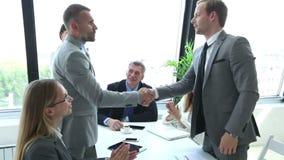 η επιχείρηση δίνει το τίναγ φιλμ μικρού μήκους