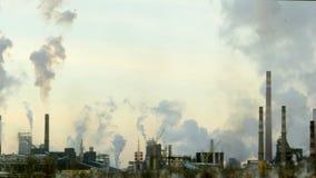 Η επιχείρηση παραβιάζει το περιβάλλον, που καπνίζει τις καπνοδόχους στην ατμόσφαιρα απόθεμα βίντεο
