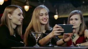 Η επιχείρηση των νέων κουβεντιάζει και παίρνει selfie στο φραγμό φιλμ μικρού μήκους