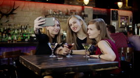 Η επιχείρηση των νέων παίρνει selfie και clinking γυαλιά στο φραγμό απόθεμα βίντεο