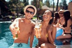 Η επιχείρηση των νέων περνά το Σαββατοκύριακο στη λίμνη Διακοπές στην πισίνα στο aquapark Στοκ Φωτογραφίες