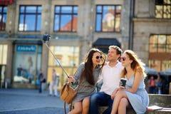 Η επιχείρηση των νέων φίλων φωτογραφίζεται στο τετράγωνο πόλεων στοκ εικόνες με δικαίωμα ελεύθερης χρήσης