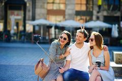Η επιχείρηση των νέων φίλων φωτογραφίζεται στο τετράγωνο πόλεων στοκ φωτογραφίες με δικαίωμα ελεύθερης χρήσης