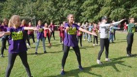 Η επιχείρηση των νέων χορεύει ένας εύθυμος χορός ενάντια στο σκηνικό του δάσους απόθεμα βίντεο