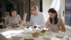 Η επιχείρηση των φίλων ή των συναδέλφων εργασίας που έχουν το μεσημεριανό γεύμα στο εστιατόριο απόθεμα βίντεο