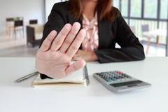 Η επιχειρηματίας λέει το αριθ. ή τη λαβή επάνω στο γραφείο της Στοκ φωτογραφία με δικαίωμα ελεύθερης χρήσης