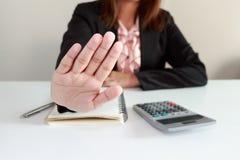 Η επιχειρηματίας λέει το αριθ. στο γραφείο της Στοκ Εικόνα