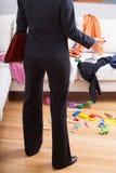 Η επιχειρηματίας έκπληκτη βρωμίζει στο σπίτι Στοκ Φωτογραφία