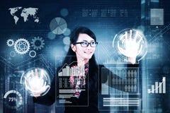 Η επιχειρηματίας έχει πρόσβαση στις οικονομικές στατιστικές Στοκ φωτογραφία με δικαίωμα ελεύθερης χρήσης