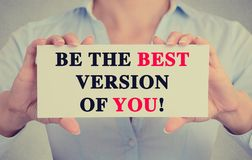 Η επιχειρηματίας δίνει το σημάδι καρτών με είναι η καλύτερη έκδοση σας μήνυμα στοκ φωτογραφία με δικαίωμα ελεύθερης χρήσης