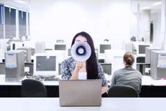 Η επιχειρηματίας αναγγέλλει τη συνεδρίαση στοκ φωτογραφία με δικαίωμα ελεύθερης χρήσης