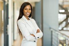 η επιχειρηματίας αφροαμερικάνων απομόνωσε το λευκό Στοκ φωτογραφία με δικαίωμα ελεύθερης χρήσης