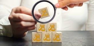 Η επιχειρηματίας βάζει ή αφαιρεί τους ξύλινους φραγμούς με τα νομίσματα o Κατάρρευση Κύρια εκροή Απώλεια επένδυσης Οικονομικός στοκ εικόνα με δικαίωμα ελεύθερης χρήσης