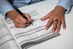 Η επιχειρηματίας γεμίζει τη σύμβαση στοκ εικόνα με δικαίωμα ελεύθερης χρήσης