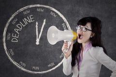 Η επιχειρηματίας είναι να φωνάξει προθεσμία με megaphone Στοκ φωτογραφία με δικαίωμα ελεύθερης χρήσης